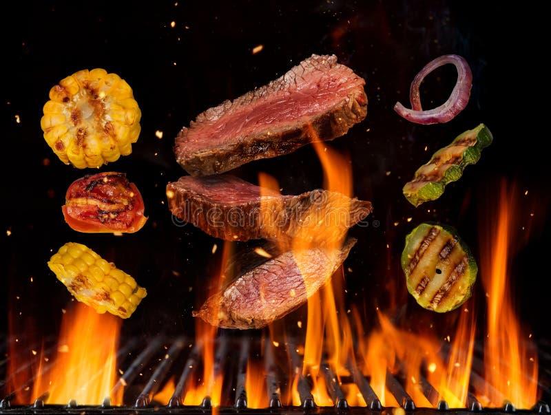 Flyga rå nötköttbiffar och grönsakstycken royaltyfri illustrationer