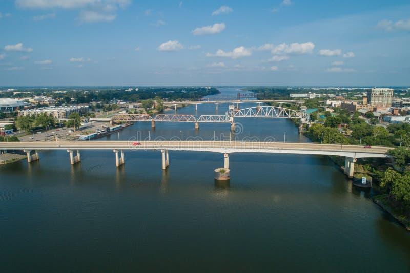 Flygbild av broar över Arkansaset River Little Rock arkivbild