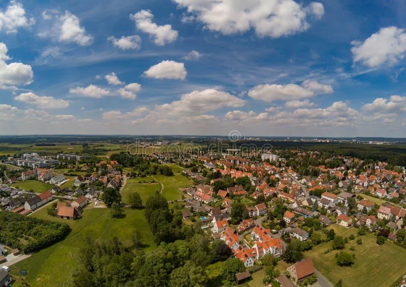 Flygbild av byn Tennenlohe nära staden av Erlangen arkivfoton
