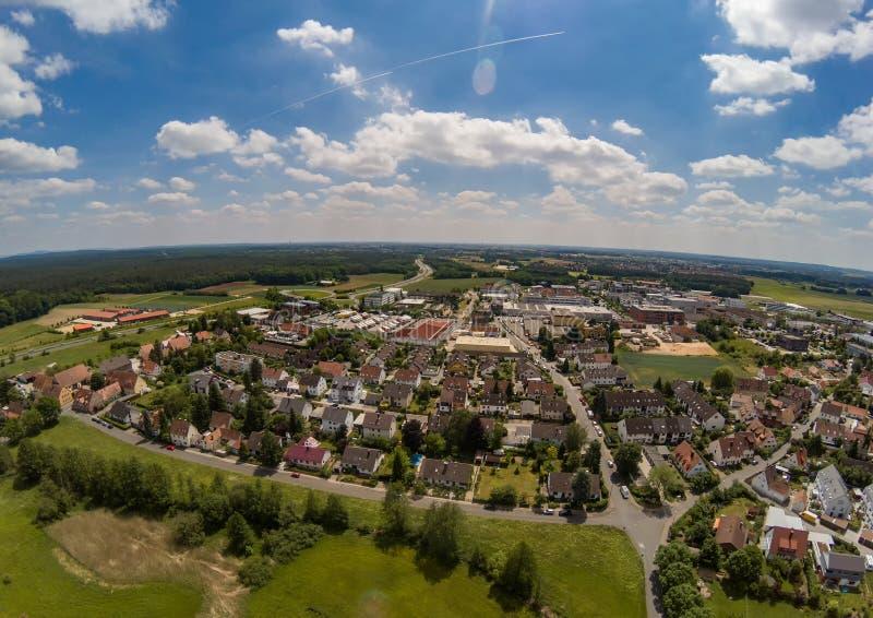 Flygbild av byn Tennenlohe nära staden av Erlangen arkivfoto