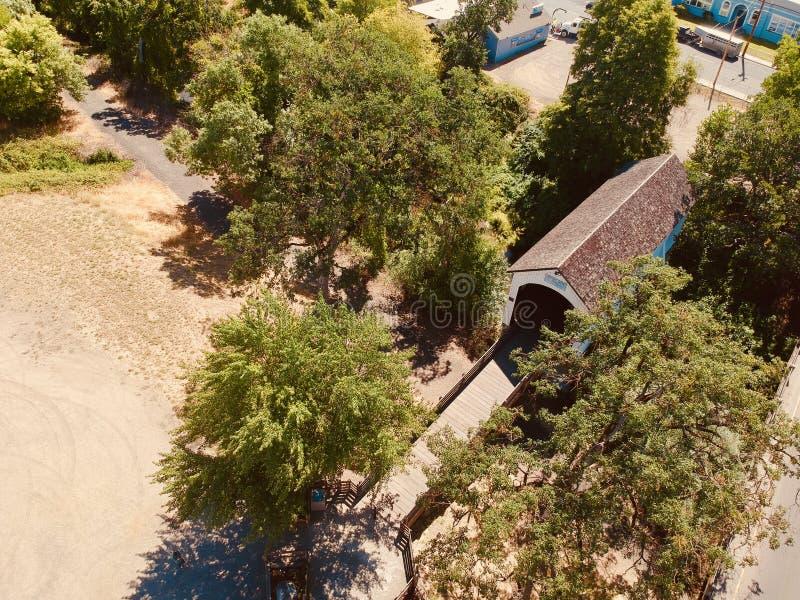 Flygbild av den dolda träbron Eagle Point Oregon arkivfoton