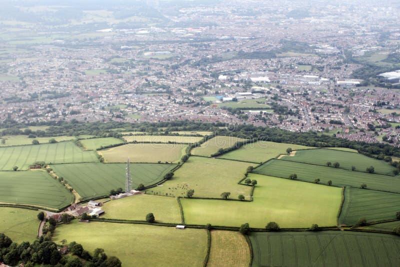 Flygbild av den engelska Bristol bygden Staden i bakgrunden royaltyfri bild