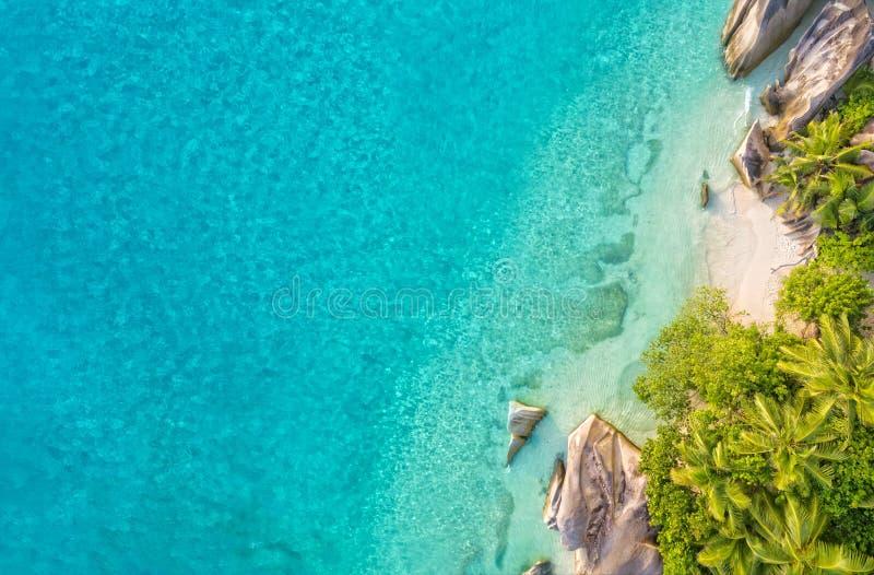 Flygbild av den tropiska Seychellerna stranden på den LaDigue ön royaltyfria bilder