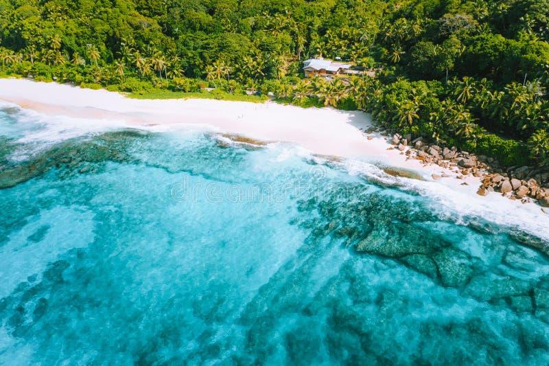 Flygbild av den tropiska stranden Anse Bazarca för bisarrt paradis på den Mahe ön, Seychellerna Vit sand, turkosvatten arkivbilder