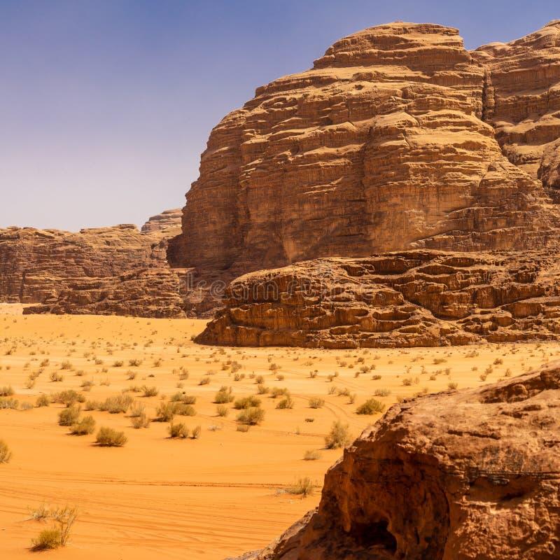 Flygbild av ett monolitiskt berg i det centrala området av ökenreserven av Wadi Rum, Jordanien royaltyfria bilder