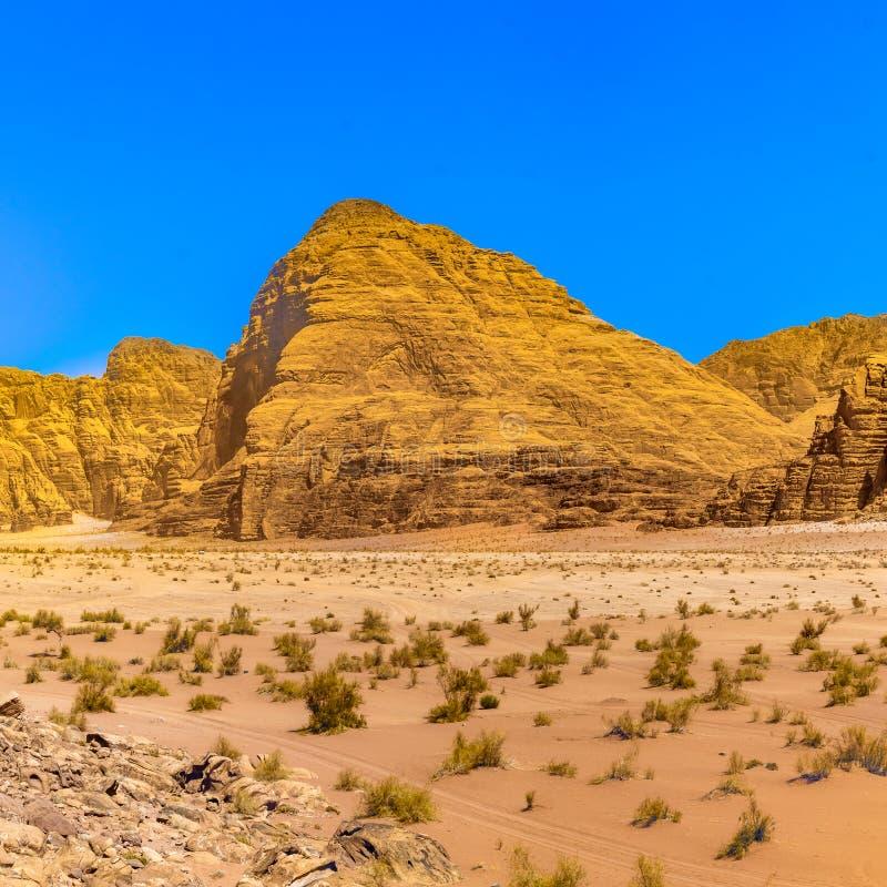 Flygbild av ett monolitiskt berg i det centrala området av ökenreserven av Wadi Rum, Jordanien fotografering för bildbyråer