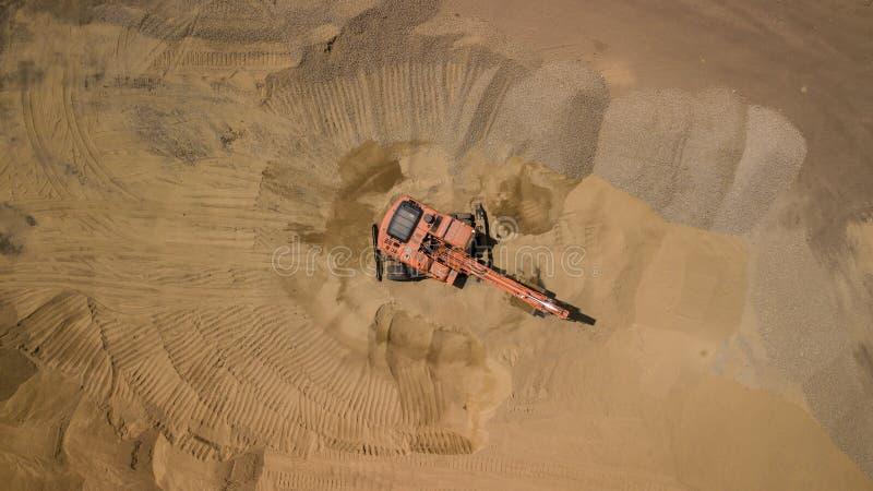 Flygbild av grävskopan på sand På den bästa sikten för konstruktionsplats fotografering för bildbyråer