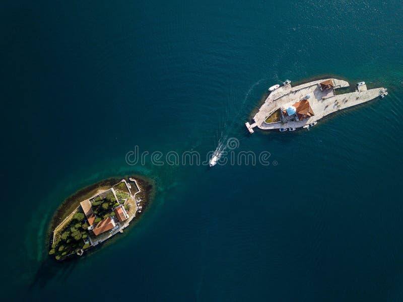 Flygbild av St George och kloster på öarna nära den Perast staden i den Kotor fjärden arkivfoton