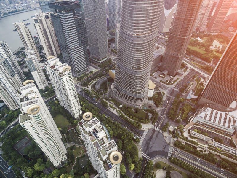 Flygbild för bästa sikt från att flyga surret av en framkallad Shanghai stad med moderna skyskrapor arkivfoto