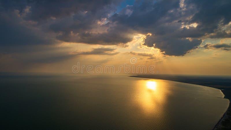 Flygbild från flygsurret av ett fascinerande naturlandskap med dramatisk aftonsolnedgånghimmel fotografering för bildbyråer