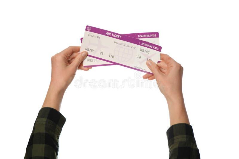 Flygbiljett i handen som isoleras p? vit bakgrund Planl?ggningstur, sommarsemester royaltyfria bilder