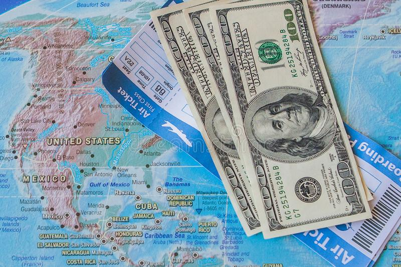 Flygbiljetter och dollar på översikten Begrepp för internationellt lopp arkivfoto