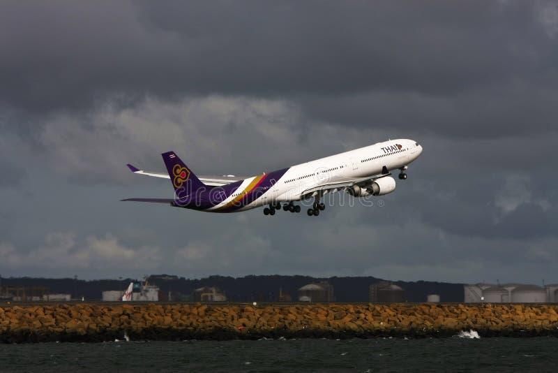 flygbolag för flygbuss a340 jet av att ta som är thai royaltyfri fotografi
