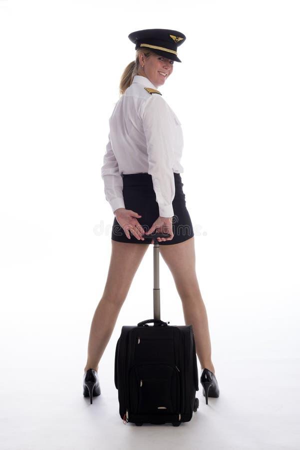 Flygbolagtjänsteman i likformig med flygpåsen arkivfoton