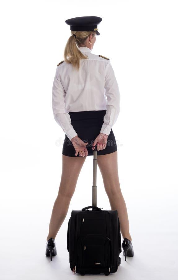 Flygbolagtjänsteman i likformig med flygpåsen royaltyfria bilder