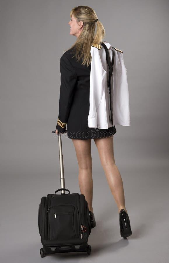 Flygbolagtjänsteman i likformign som bär en kort kjol royaltyfri foto