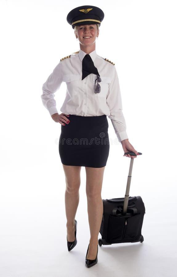 Flygbolagtjänsteman i likformign som bär en kort kjol arkivbild