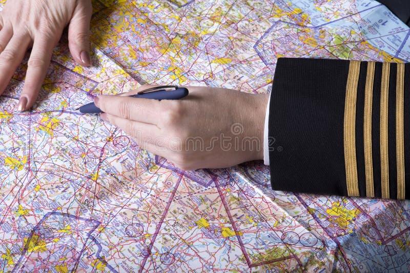 Flygbolagtjänsteman med översikten och pennan royaltyfria foton