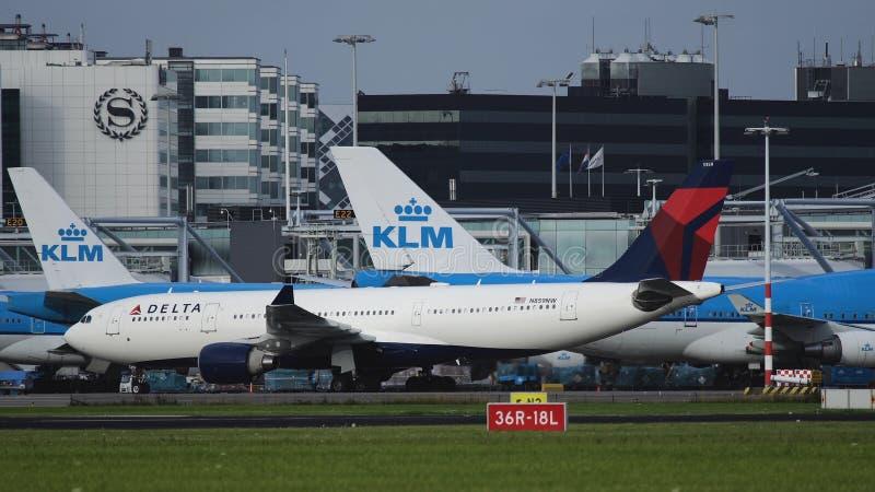 Flygbuss A330 av Delta Airlines på den Schiphol flygplatsen arkivfoton