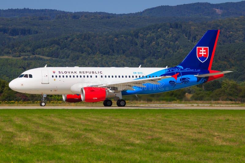 Flygbuss A320 från Slovenska Republika royaltyfri foto