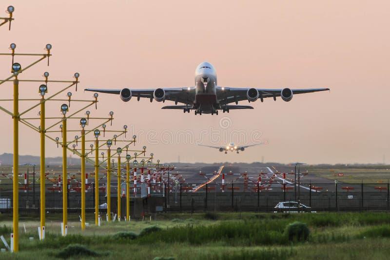 Flygbuss A380 som tar av på gryning arkivbild
