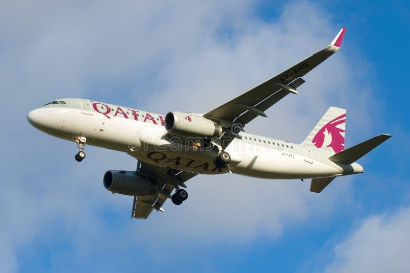 Flygbussen A320-232 A7-AHQ av det Qatar Airways flygbolagslutet upp royaltyfri foto