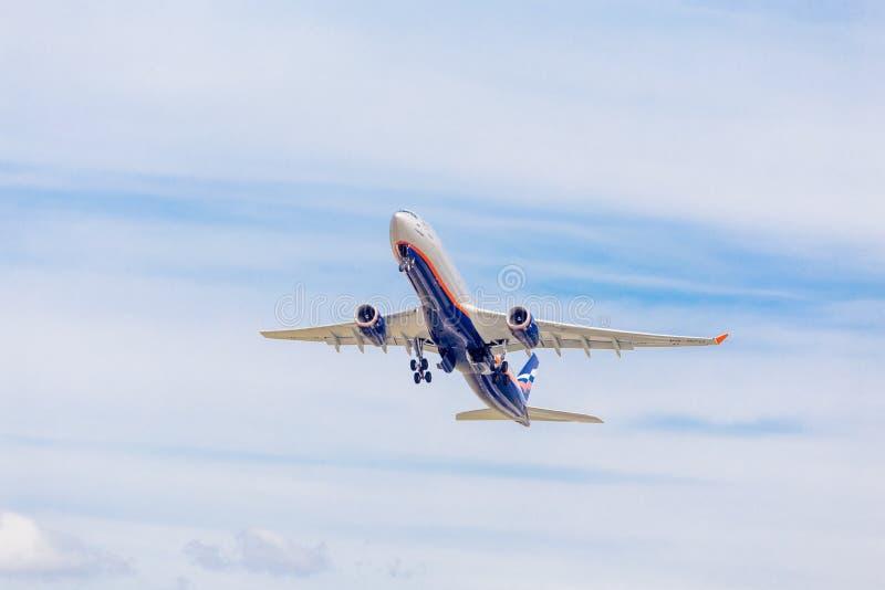 Flygbussen A330 för passagerarestrålflygplan av Aeroflot flygbolag flyger på den blåa himlen Resa- och feriebegrepp fotografering för bildbyråer