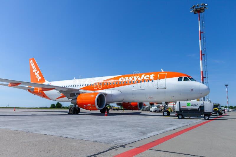 Flygbussen A320-200 från easyjetflygbolaget står på flygfältet arkivfoton