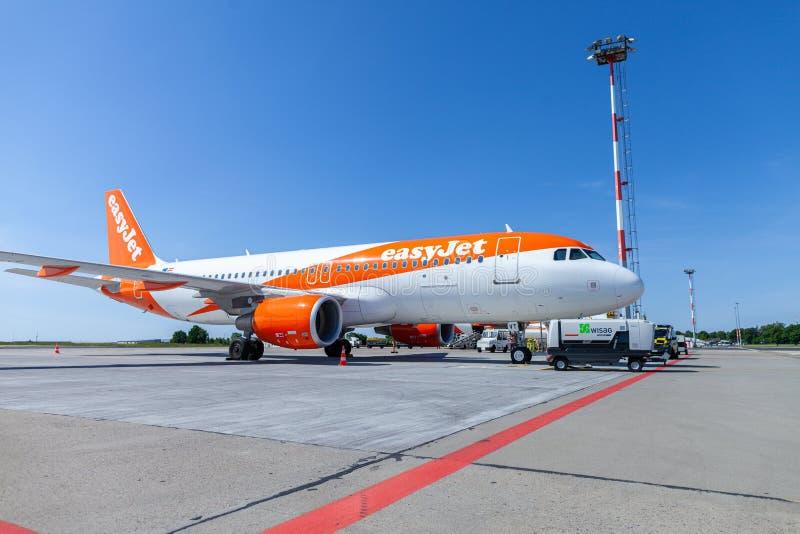 Flygbussen A320-200 från easyjetflygbolaget står på flygfältet royaltyfri foto