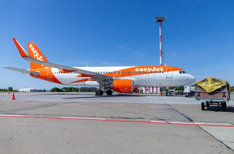 Flygbussen A320-200 från easyjetflygbolaget står på flygfältet fotografering för bildbyråer