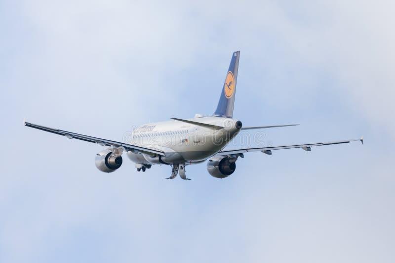 Flygbussen A319-100 från flygbolaget Lufthansa tar av från internationell flygplats royaltyfri fotografi