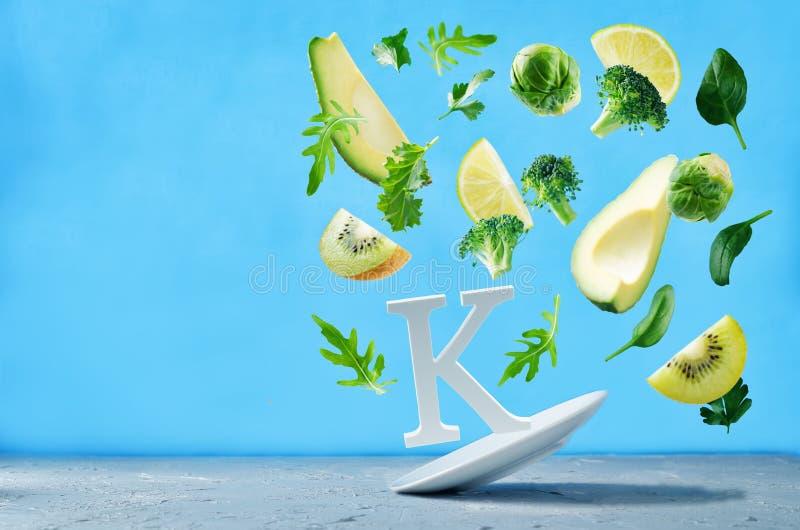 Flygfoods som är rika i vitamin K gröna grönsaker royaltyfria bilder