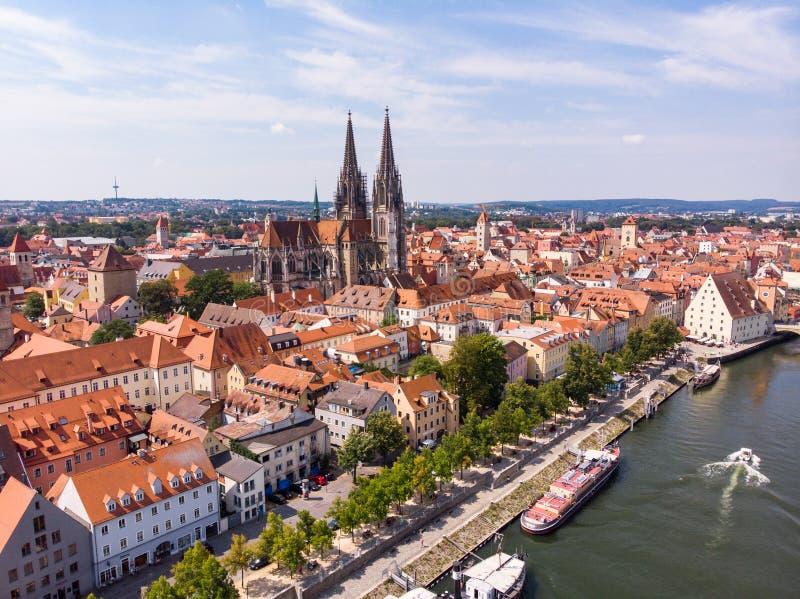 Flygfotografering av den Regensburg staden, Tyskland Danube River, arkitektur, Regensburg domkyrka och stenbro royaltyfri fotografi