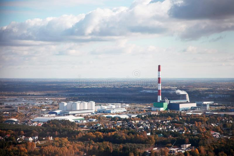 Flygfotografering av en industriell stad med en fabrik arkivbild