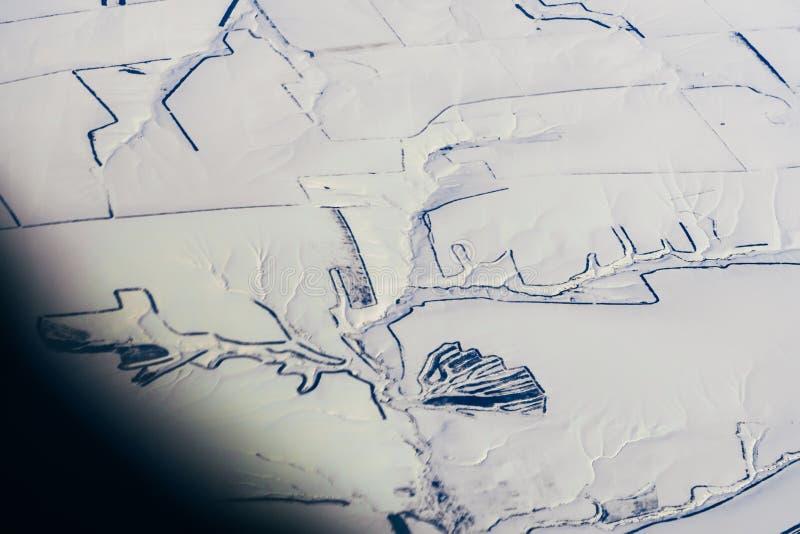 Flygfotografering av vägar i den vita insnöade vintern i Sibirien arkivbild