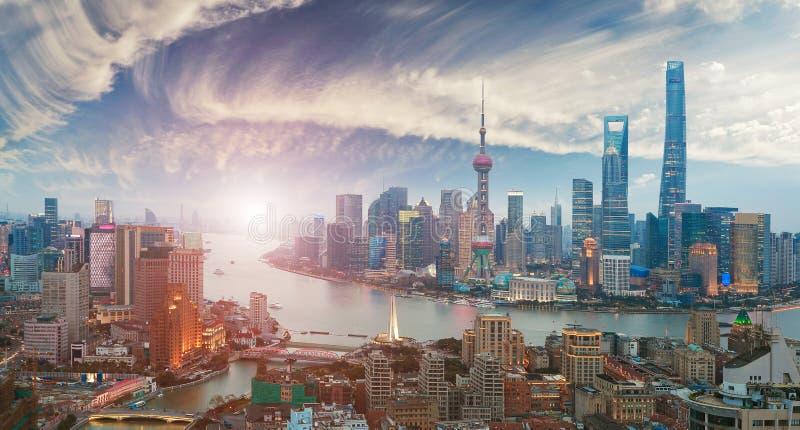 Flygfotografering på Shanghai bundhorisont av soluppgång arkivfoton