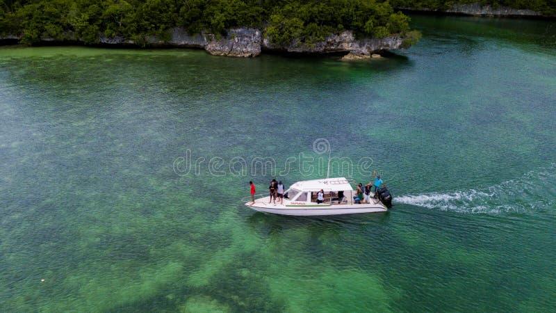Flygfotograferingsikt av Wakatobi öar med ett vitt fartyg, sydostliga Sulawesi, Indon arkivfoto
