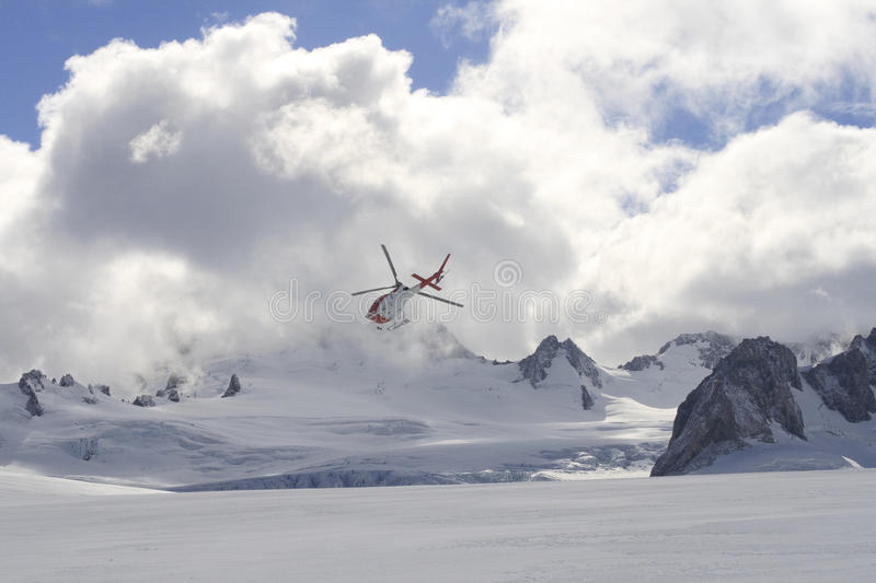 Flyghelikopter på glaciären royaltyfria bilder