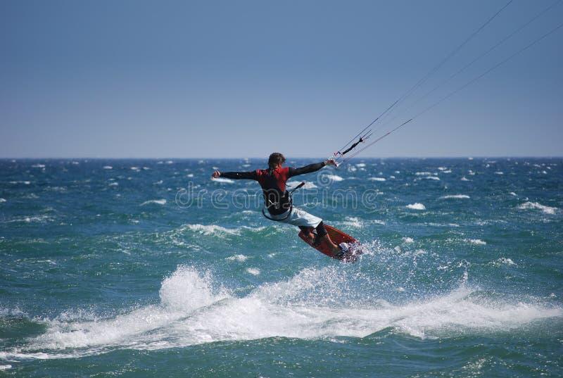 flygkiter nära spain tarifa waves royaltyfri bild