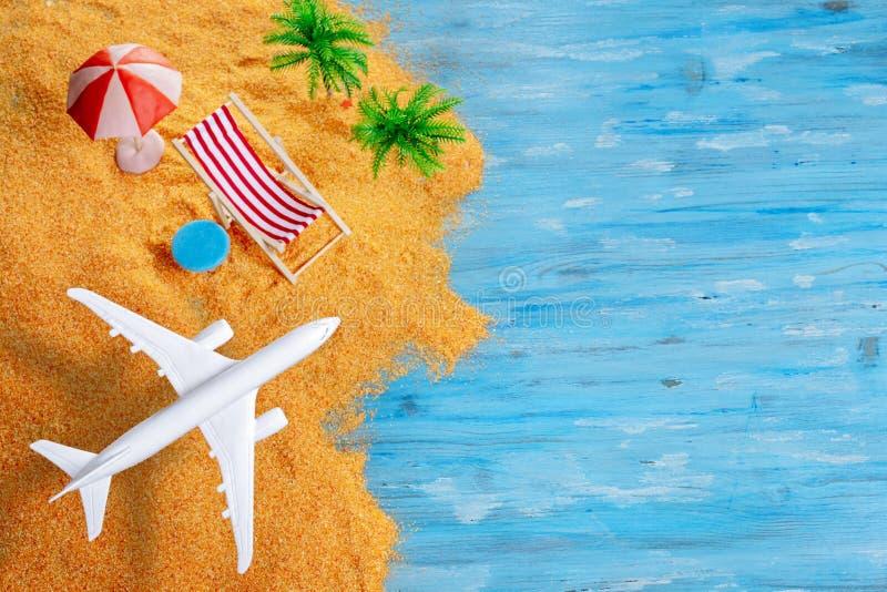 Flygplan över den exotiska stranden med utrymme arkivbild