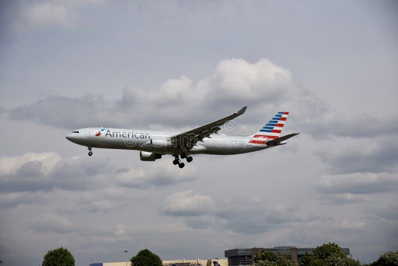Flygplan av American airlines i himlen royaltyfri fotografi