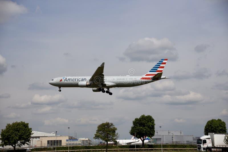Flygplan av American airlines i himlen arkivfoto