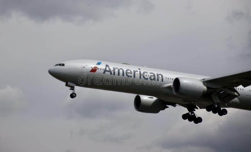 Flygplan av American airlines i himlen royaltyfria foton