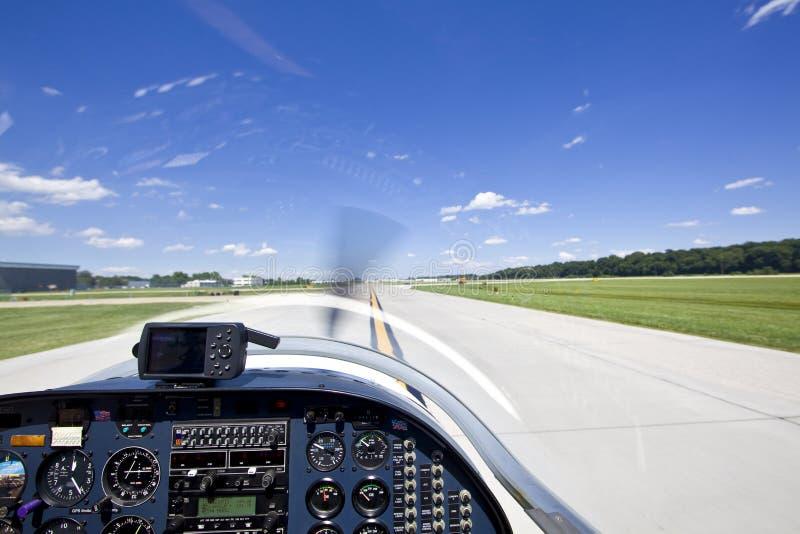 flygplan av liten tagande sikt för landningsbana arkivbild