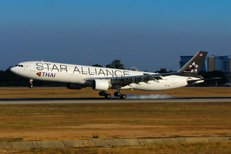 Flygplan av livré för Thai Airways International flygbuss A330 Star Alliance arkivbild