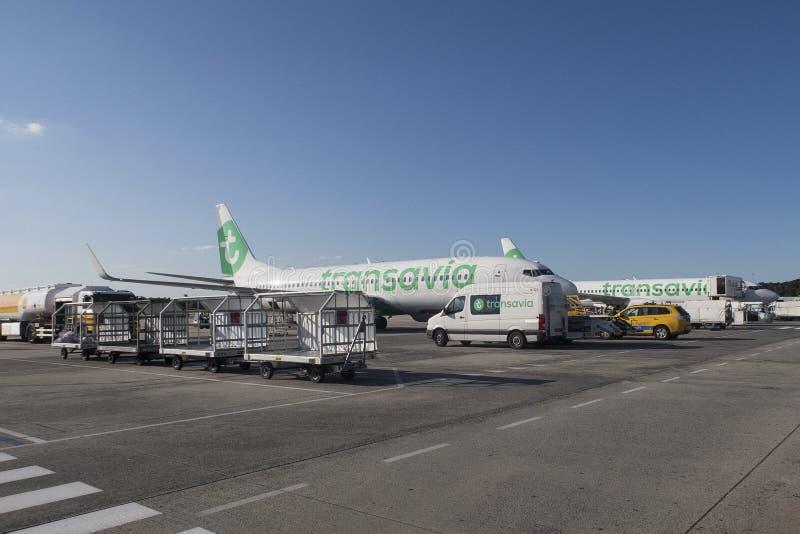 Flygplan av Transavia som får som är klart för avvikelse och stiger ombord folk från flygplatsen av royaltyfria foton