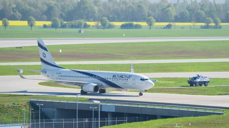 Flygplan Boeing 737-800 El Al Israel Airlines i den Munich flygplatsen arkivbild