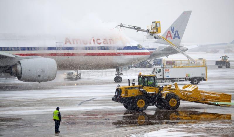 flygplan de isläggning snowstorm arkivbild