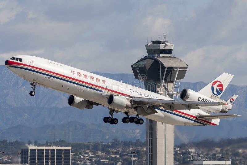 Flygplan för China Eastern Airlines lastMcDonnell Douglas MD-11 last som avgår Los Angeles den internationella flygplatsen royaltyfria bilder