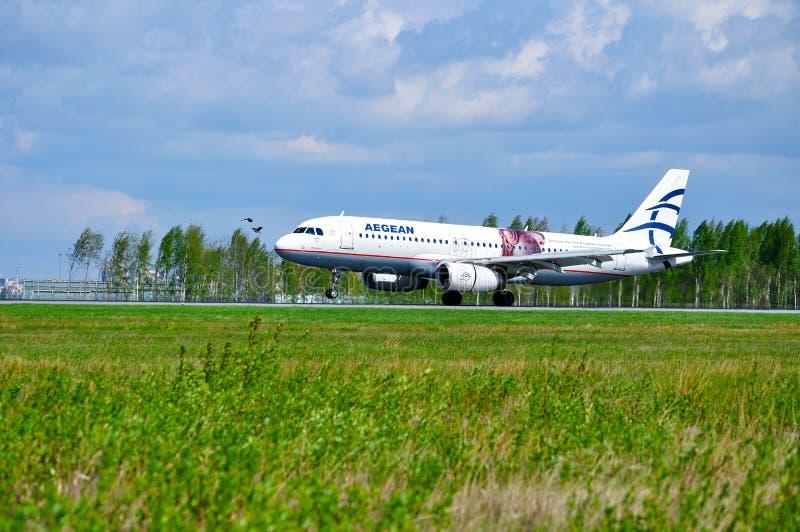 Flygplan för den Aegean Airlines flygbussen A320 rider på landningsbanan efter ankomst på Pulkovo den internationella flygplatsen arkivbilder
